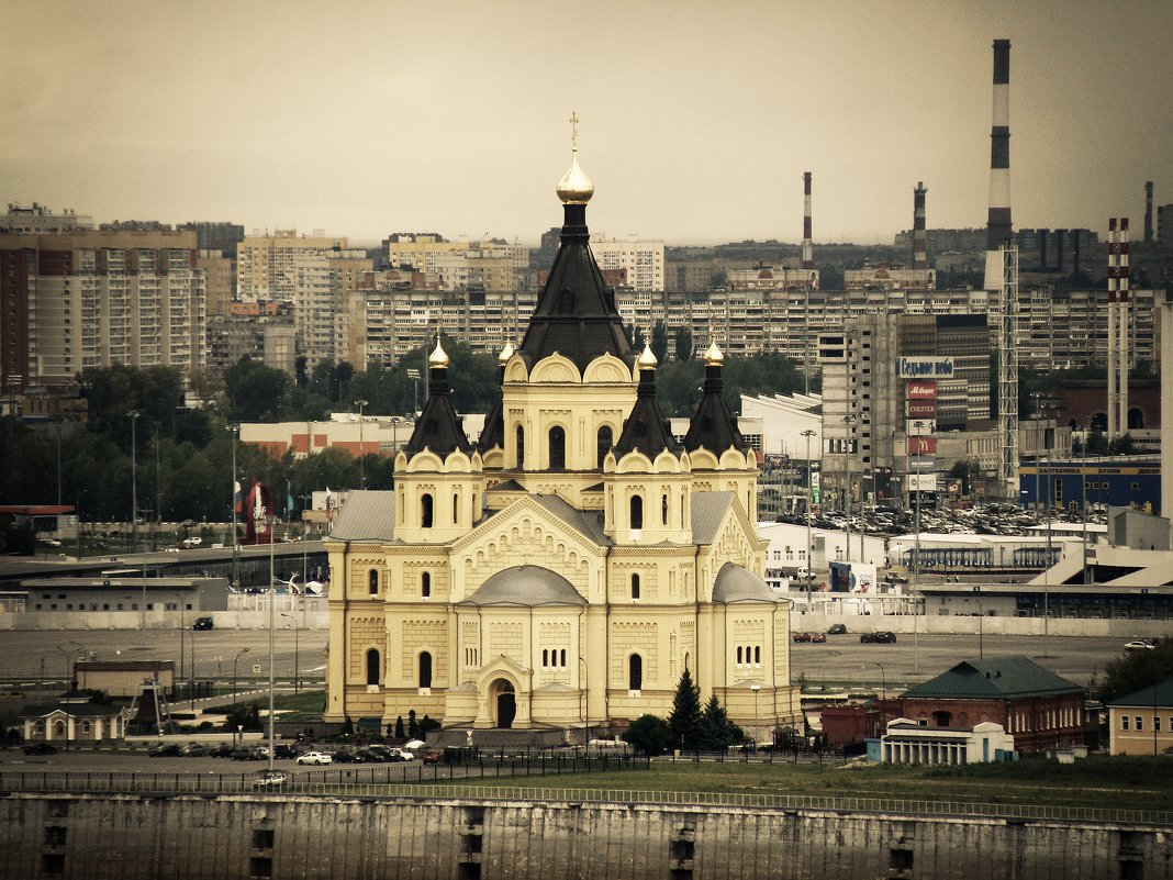Вид на собор Александра Невского на Стрелке.. - Андрей Головкин