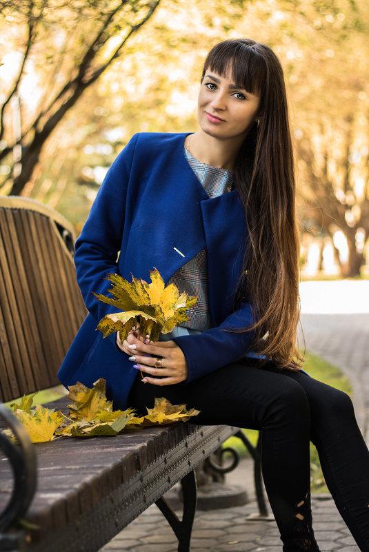 Девушка и листья - Ася Гречуха