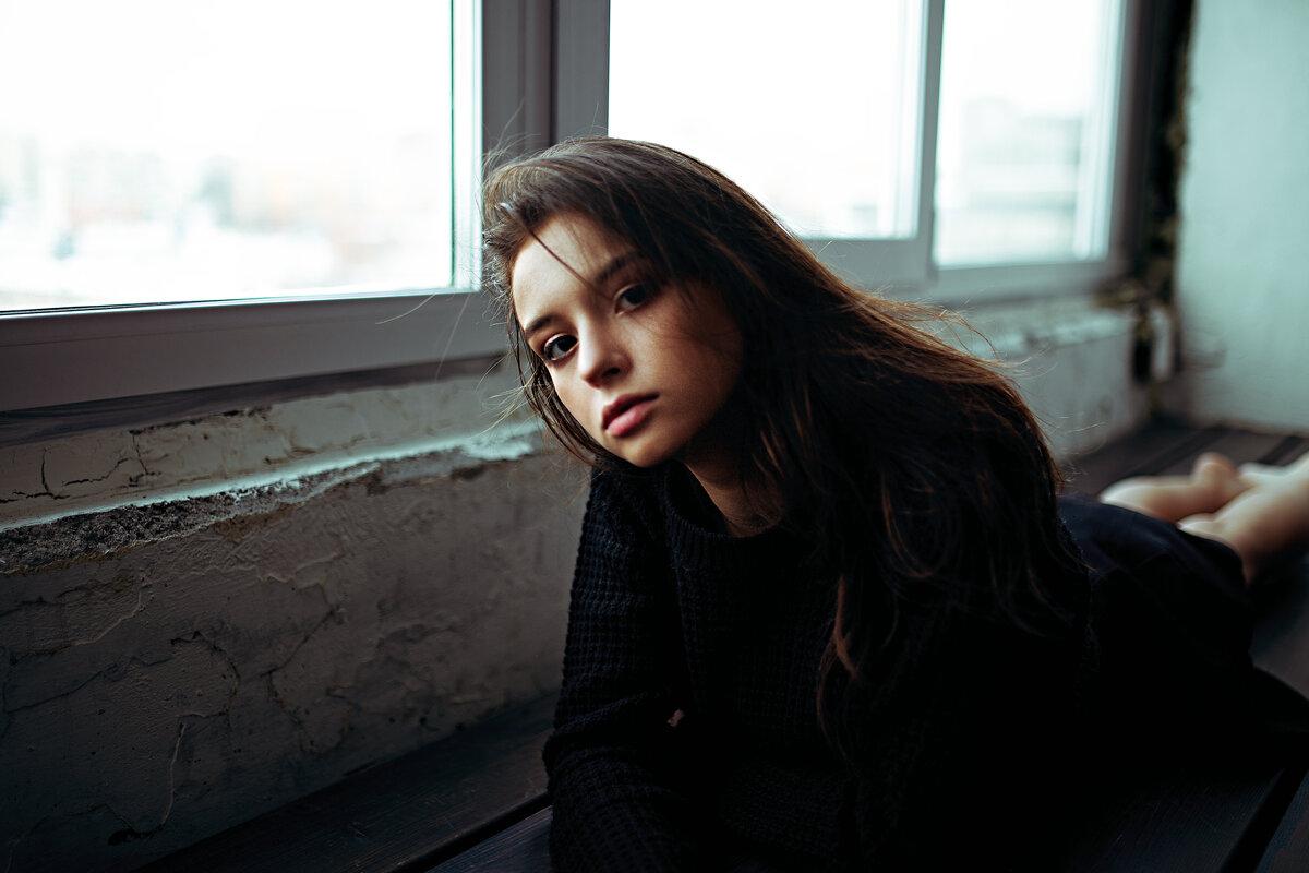 Портрет молодой девушки в черном свитере с мокрыми волосами - Lenar Abdrakhmanov