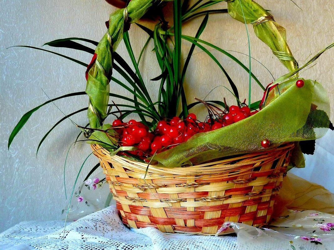 Осенняя композиция с калиной в корзине - Лидия Бараблина