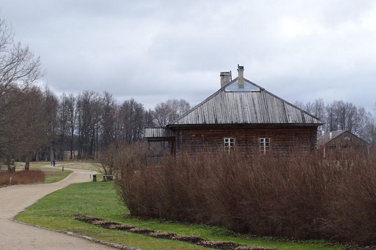 дом за забором из кустов - Sabina