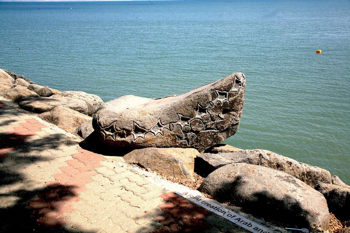 вот такими резными камнями украшен берег озера Кинерет. кому-то же это нужно? - сашка ярмарков