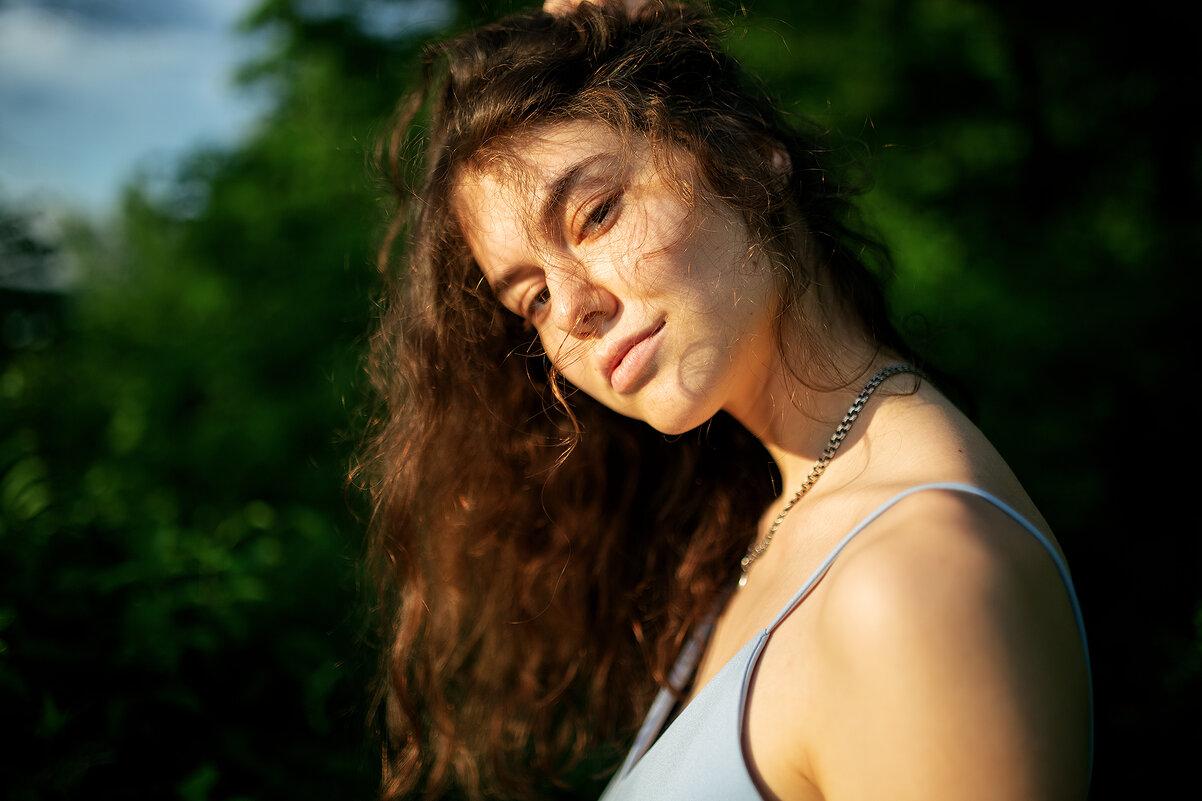 Портрет девушки с кудрявыми волосами в голубом платье - Lenar Abdrakhmanov