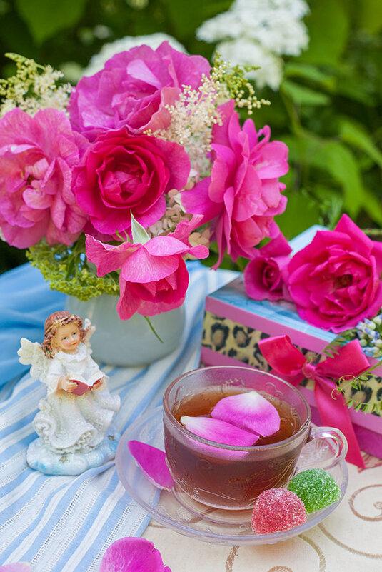Натюрморт с розами и ангелочком - Ольга Бекетова
