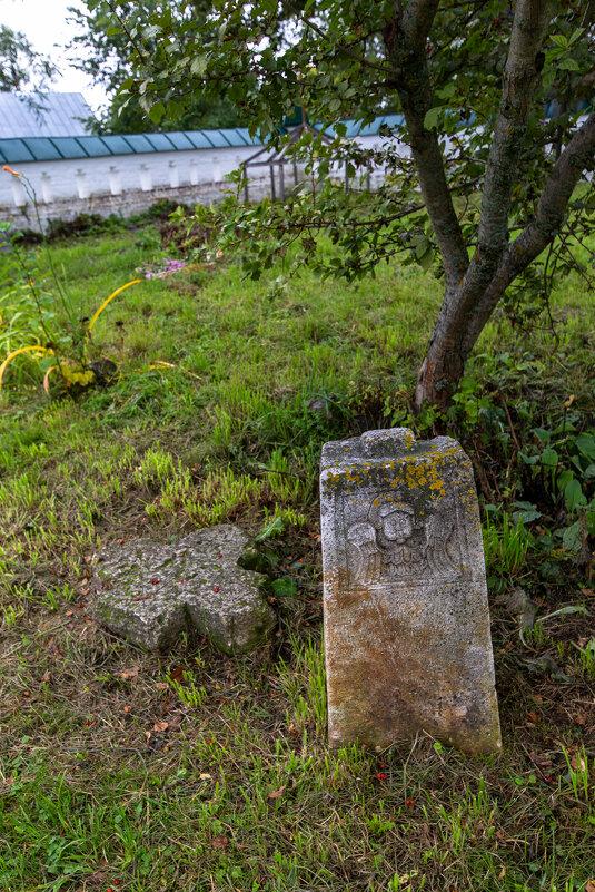 Старинное надгробие. - Maxim Semenov