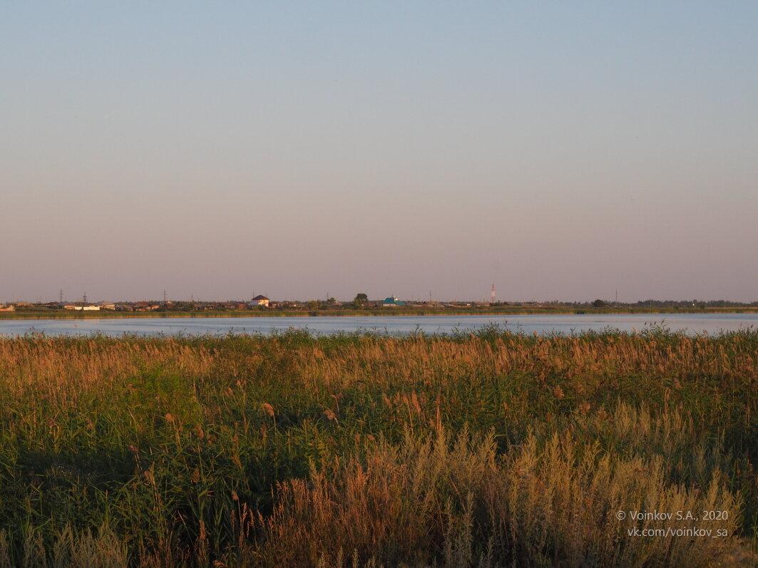 Вид на село с одного из берегов озера - Сергей Воинков