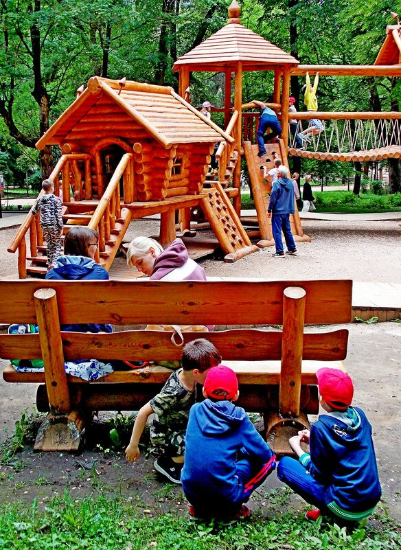 Игровая  площадка в парке - Евгений
