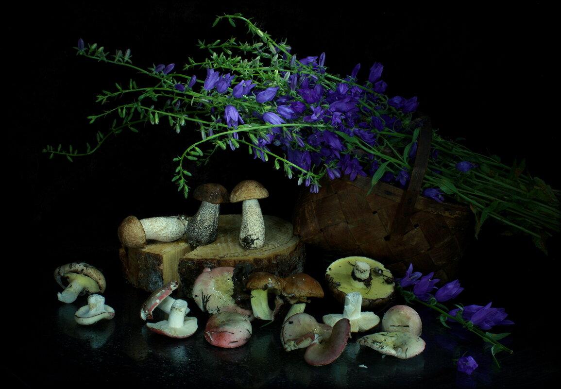 Натюрморт с грибами и колокольчиками - Нэля Лысенко