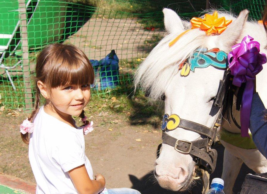 девочка с лошадкой - Эни Цветкова