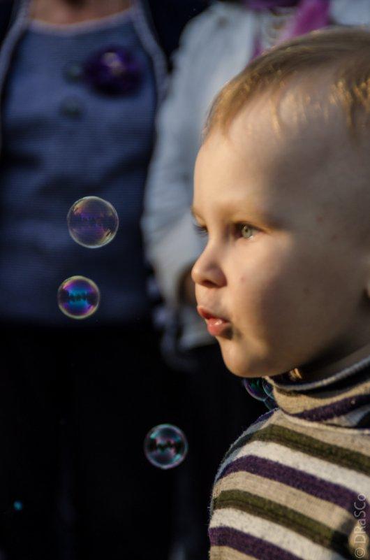 Мальчик любуется мыльными пузырями - Роман Яшкин