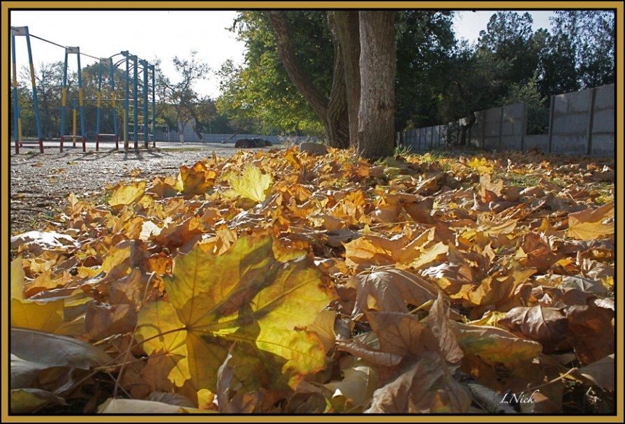 Осень в школьном дворе - L Nick