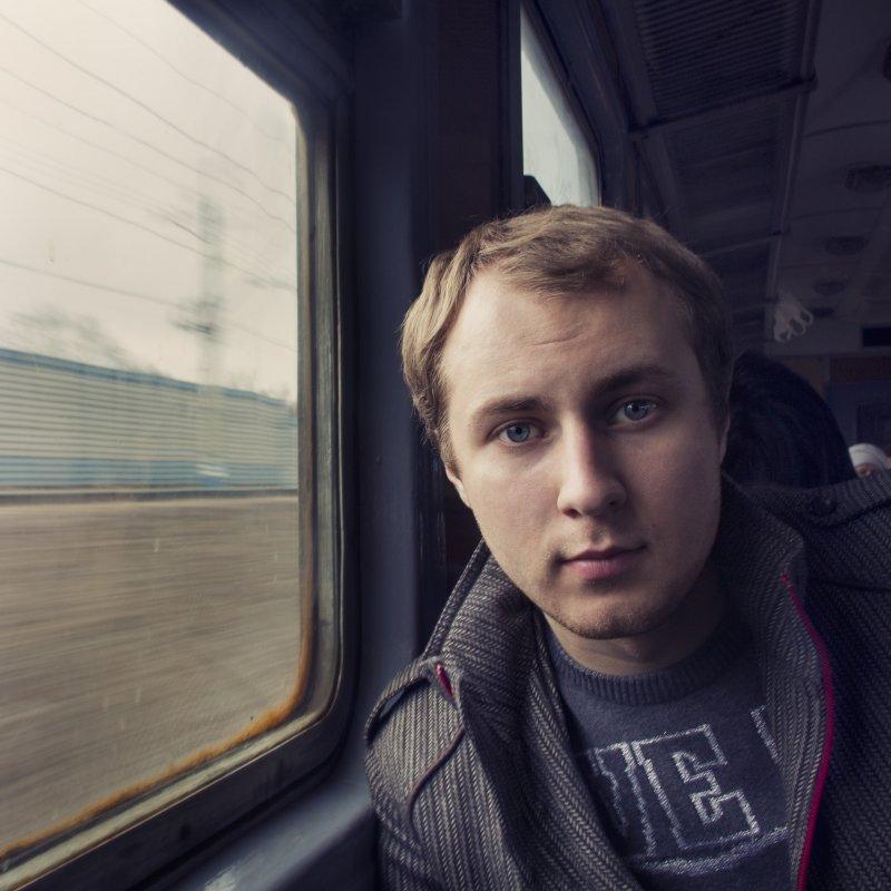В электропоезде - Александр Кузнецов