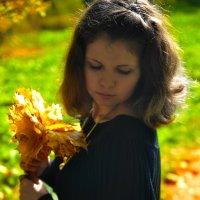 Девушка с кленовыми листочками :: Женя Рыжов