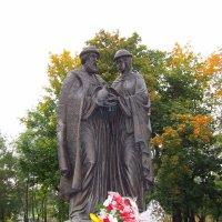 Памятник Петру и Февронии в Александровском саду города Вятки :: Ольга Михеева