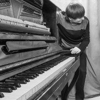 Старое пианино. Настройщик. :: Игорь Пилецкий