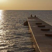 Рыбаки на волнорезе :: Александр Лесик
