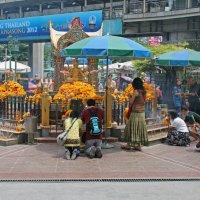 Таиланд, Бангкок. Поклонение индуистскому божеству :: Владимир Шибинский