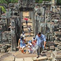 Камбоджа. Китайская семья на экскурсии в храмовом комплексе Ангкор :: Владимир Шибинский