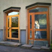 не ходят нынче кошки через эту дверь... :: liudmila drake