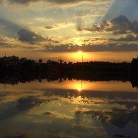 Закат над озером :: Евгений Колесов