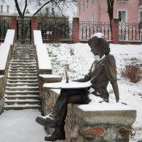 Скульптурная композиция- Девочка с солнечными часами. г. Полоцк. :: Лариса Кайченкова