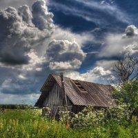 Драматичное небо и старая изба. :: Alexander Asedach