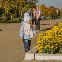 Девочка любуется цветами. :: Роман Яшкин