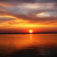 Закат на берегу озера :: Наталья