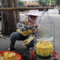 Продавщица ананасов :: Сергей Карцев