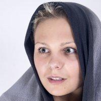 Девушка в платке :: Алексей Борисов