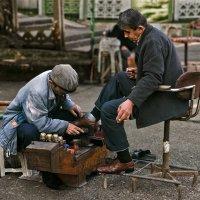 Чистильщик обуви в Гиресуне (Турция) :: Сергей Прокофьев