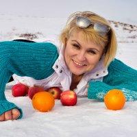 Женщина на снегу с фруктами :: Виктория Сам ая