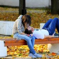 Любовь в осеннем парке :: Павел Устинов