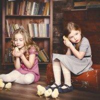 Девочки и цыплята :: Виктория Дубровская