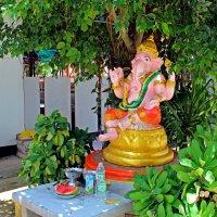 Таиланд. Северо-восток. Кеммарат. Статуя Ганеши в буддийском монастыре :: Владимир Шибинский