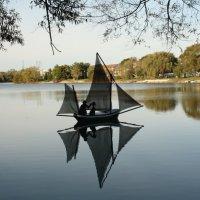 Кораблик на реке :: Татьяна Черненко