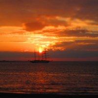 Корабль на закате дня :: Валерия Борисова