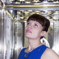 Девушка в лифте :: Марина Кириллова