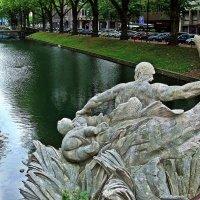 фонтан Тритон на реке Дюссель :: Александр Корчемный
