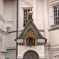 Вход в усыпальницу бояр Романовых :: Александр Запылёнов