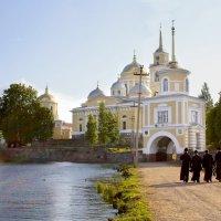 К храму на молитву. :: Наталья Цветкова