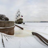 Заснеженный спуск к Неве :: Alexander Roschin