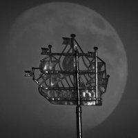 Кораблик Адмиралтейства на фоне Луны. :: Николай Гонтарь