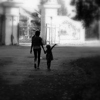 На прогулке.(Сестры). :: Лариса Красноперова
