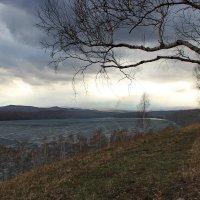 Мрачное небо над озером. :: Наталья Юрова