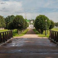 Кусково. Аллея с мостиком после дождя :: Константин Фролов