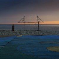 Одинокая девушка на берегу моря :: Михаил Онипенко