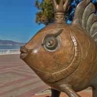 Рыбка питается бордюром :: Валерий Дворников