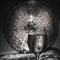 Натюрморт с бокалом вина и бусами :: Михаил Онипенко
