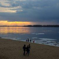 весна на набережной вечерние прогулки :: Арсений Корицкий
